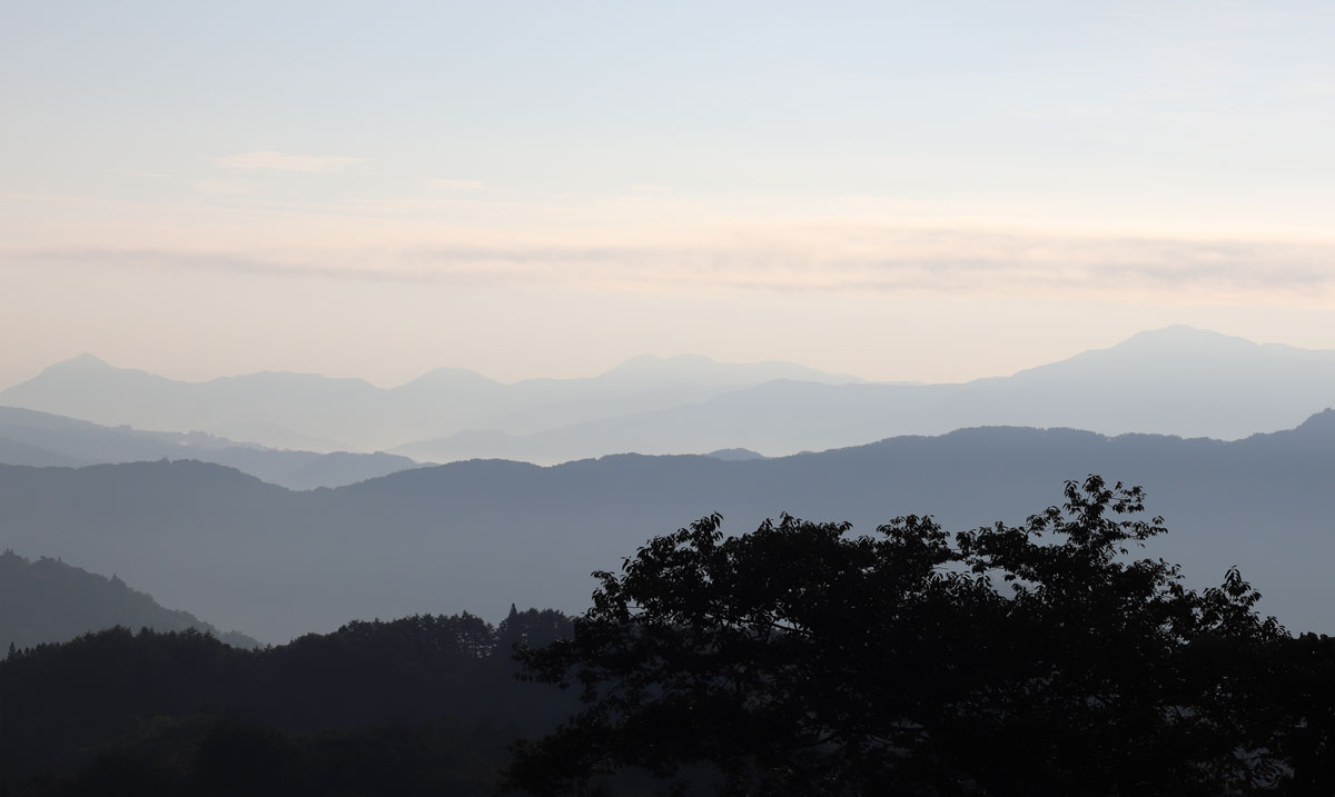 「カミツレの里」から望む山々の風景。