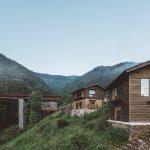 700人の村がひとつのホテルに。「NIPPONIA小菅 源流の村」の新棟『崖の家』オープン!